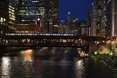 Пригородный поезд пересекая Чикаго река на ночу Стоковое фото RF