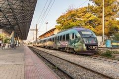 Пригородный поезд припарковал на платформе вокзала Larissa Стоковое фото RF