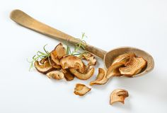 Пригорошня высушенных грибов и деревянной ложки стоковая фотография