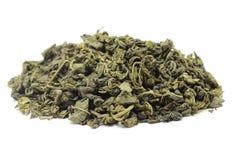 Пригорошня высушенных листьев зеленого чая стоковые фото