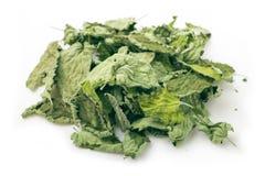 Пригорошня высушенных листьев мяты на белой предпосылке стоковое изображение