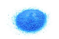 Пригорошня голубого соли медного сульфата стоковая фотография