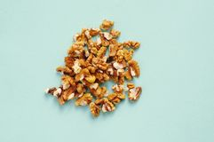 Пригорошня грецких орехов на голубой предпосылке стоковая фотография