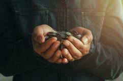 пригорошня держа монетки для финансов стоковое изображение rf