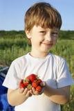 Пригорошня кубов в руках мальчика стоковое изображение