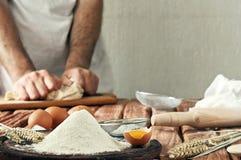 Пригорошня муки с яичком на деревенской кухне стоковое изображение rf