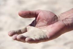 Пригорошня песка в человеческой ладони стоковое фото rf