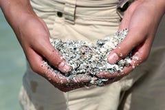 Пригорошня песка и seashells Стоковое Изображение RF