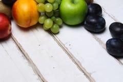 Пригорошня плодоовощ на таблице стоковые изображения rf