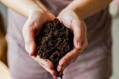 Пригорошня почвы в женских руках стоковые фотографии rf