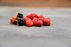 Пригорошня ягод на том основании стоковые фотографии rf