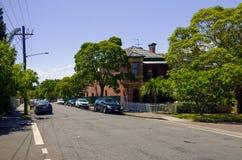 Пригородная улица с домами в Сиднее Австралии стоковые изображения rf