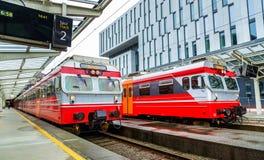 Пригородные поезда на станции Бергена - Норвегии Стоковые Изображения RF