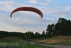 Пригородные полеты Посадка параплана Стоковая Фотография