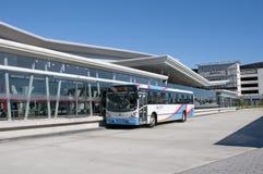 Пригородный автобус на крупном аэропорте s Африке Кейптауна Стоковое Фото