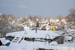Пригородный взгляд зимы поселения Стоковое Изображение