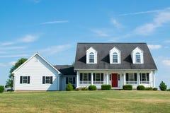 Пригородный дом с красной дверью в Пенсильвании Стоковое фото RF