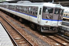 Пригородный поезд в Японии Стоковое Изображение