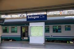 Пригородный поезд останавливает на станции болонья в Италии Стоковые Изображения RF