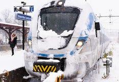 Пригородный поезд Snowy приезжал на свой конечный пункт маршрута на зимний день Стоковые Фотографии RF