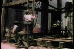 Приготовьте вверх по лестнице человека взбираясь на стороне деррик-крана на нефтеперерабатывающем предприятии видеоматериал