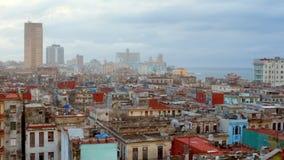 Приготовьте всход над городом Havanna на Кубе с взглядом к океану сток-видео