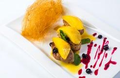 Приготовьте опаленное фуа-гра на зрелых манго и гранатовом дереве Стоковое фото RF