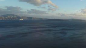 приготовьте сигнал над деревней oia на острове santorini видеоматериал