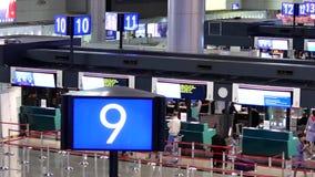 Приготовьте съемку пассажиров идя к проверке в столах акции видеоматериалы
