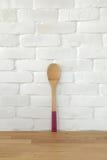 приготовьте флиппер на кирпичной стене фронта деревянного стола белой для spac экземпляра стоковые фотографии rf