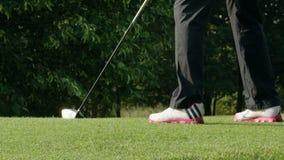 Приготовьте через ноги игроков в гольф и клуб - замедленное движение акции видеоматериалы