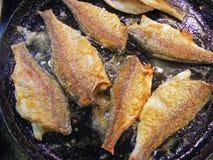 Приготовление на гриле рыб Стоковые Фотографии RF