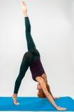 пригодность практикуя красную йогу женщины Стоковое Фото
