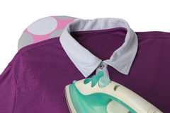 Приглаживать вскользь рубашку с утюгом на доске Стоковые Фото