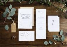 Приглашение свадьбы чешет бумаги кладя на таблицу украшает с Le стоковое фото