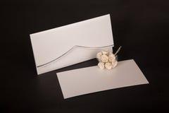 Приглашения свадьбы конверта и почты на черноте Стоковые Изображения RF