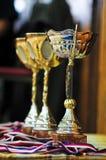 придает форму чашки золотистое Стоковые Изображения
