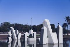 Придайте квадратную форму в BrasÃlia с небольшим озером, голубом небе и много конкретное strutute стоковое изображение