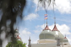 Придайте куполообразную форму небо и облака дизайна искусства pattani мечети Masjid красивые исламские Стоковое Фото