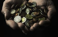 Приданные форму чашки руки вполне монеток на темной предпосылке Стоковое Фото