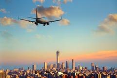 Приезжая авиалайнера пассажирского самолета плоский или уходя Пекин, Китай Стоковая Фотография