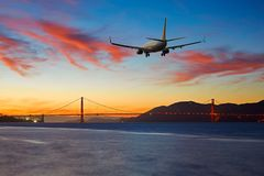 Приезжая авиалайнера пассажирского самолета плоский или уходя Сан-Франциско Стоковые Фотографии RF