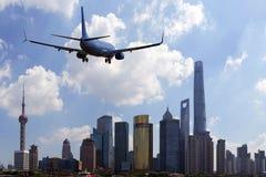 Приезжая авиалайнера пассажирского самолета плоский или уходя Шанхай, Китай Стоковое Изображение RF