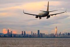 Приезжая авиалайнера пассажирского самолета плоский или уходя Шэньчжэнь, Китай Стоковое фото RF