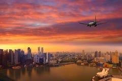 Приезжая авиалайнера пассажирского самолета плоский или уходя Сингапур, Китай Стоковые Фотографии RF