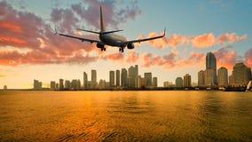 Приезжая авиалайнера пассажирского самолета плоский или уходя Qingdao, Китай стоковое изображение rf