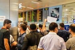 Приезжая пассажиры бегут шпицрутен гидов перемещения Стоковое Изображение RF