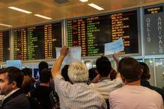 Приезжая пассажиры бегут шпицрутен гидов перемещения Стоковая Фотография RF