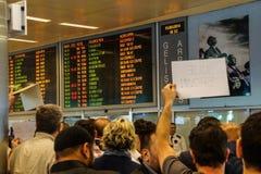 Приезжая пассажиры бегут шпицрутен гидов перемещения Стоковое Изображение