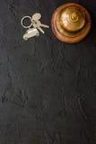 Приемная в гостинице с космосом взгляд сверху кольца и предпосылки ключей темным для текста Стоковая Фотография RF